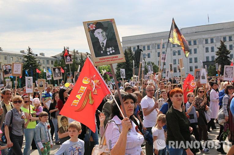 """Около 20 тысяч жителей самопровозглашенной Луганской народной республики приняли участие в акции """"Бессмертный полк"""" в Луганске в рамках Парада Победы."""