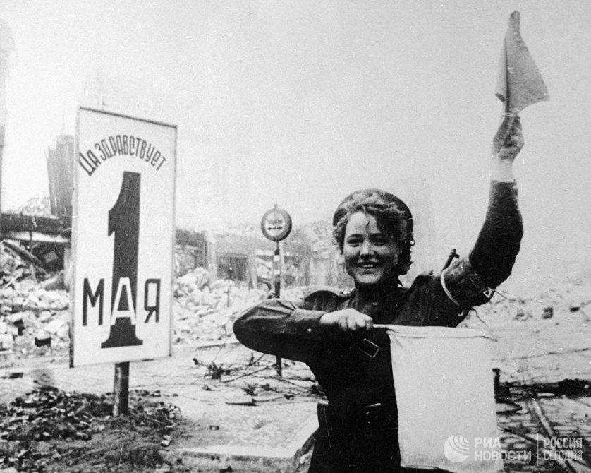Во время войны огромное количество девушек служило регулировщицами - как в армии, так и в милиции (ОРУД). Правда, как и многие другие военные специальности, эта после войны быстро перестала быть женской - нужно было предоставить рабочие места вернувшимся фронтовикам. На фото: военная регулировщица Мария Шальнева на Александерплац в Берлине.