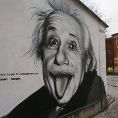 Обыватели считают некрасивых ученых более умными, показало исследование