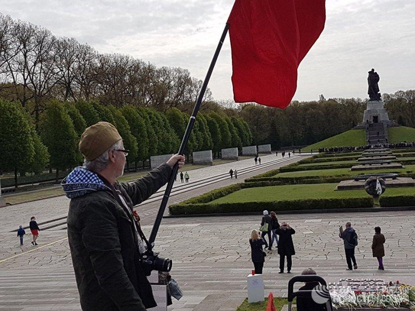 Несколько тысяч человек возложили утром цветы к советскому мемориалу в Трептов-парк в Берлине