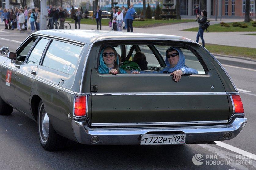 Российские участники фестиваля двигаются колонной по проспекту Победителей в Минске.