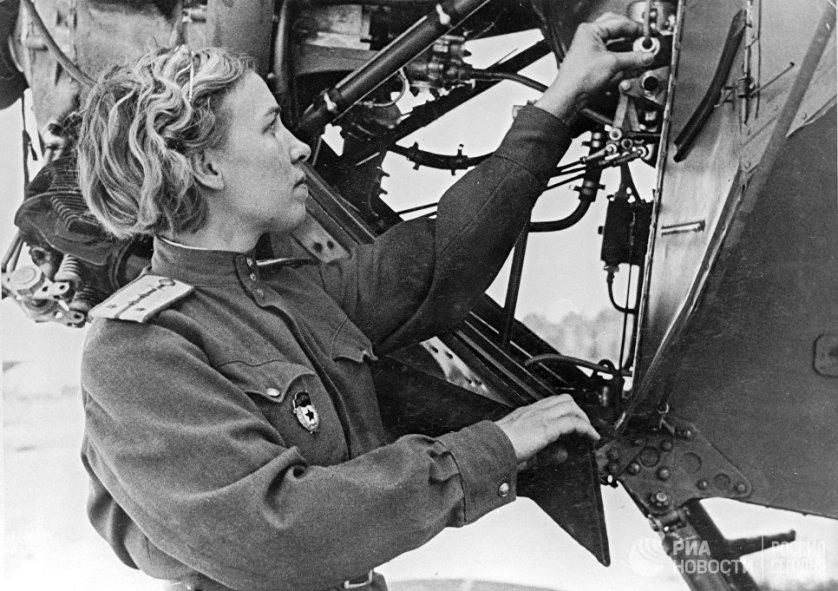 """Немцы называли советских бомбардировщиц """"ночными ведьмами"""". Помимо собственно летчиц, в женских полках девушки служили и техниками, и инженерами."""