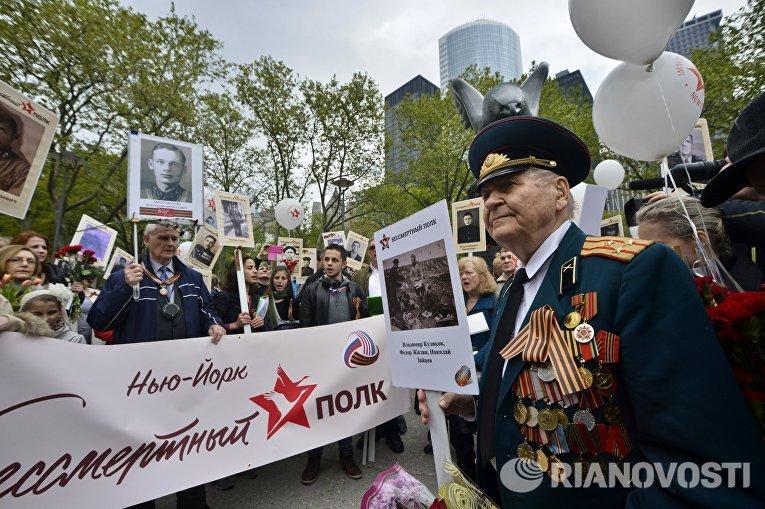 """Второй год подряд акция """"Бессмертного полка"""" проходит в Нью-Йорке. В этом году она стала еще популярнее: на улицы города вышли более 300 человек, которым не безразлична память о Великой Отечественной войне."""