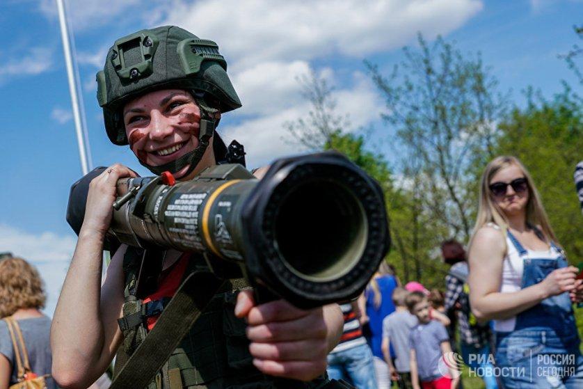 """Выставка вооружения и военной техники, проходящая в рамках военных учений """"Удар короля-2017"""" в литовском городе Паневежис."""