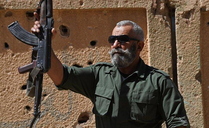 Генерал республиканской гвардии Исама Захреддин во время обучения новобранцев республиканской гвардии в сирийском городе Дейр-эз-Зор.