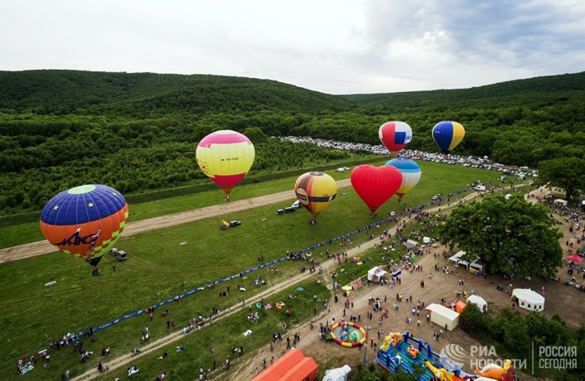 Посетители мероприятия могли полюбоваться полетами воздушных шаров, дельталетов и паралетов.