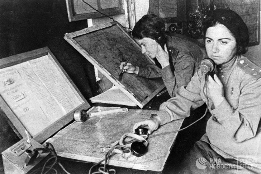 Множество девушек во время войны работали в штабах самых разных уровней - в том числе и в знаменитых женских авиаполках. Были штабистки, обеспечивавшие работу партизанского движения и другие направления операций. На фото: оператор и штурман 586-го истребительного авиационного полка в штабе наведения.