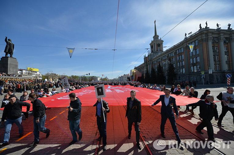 """По улицам Екатеринбурга в этом году прошли 20 тысяч человек.Во главе главной колонны """"Бессмертного полка"""" в этом году дети-сироты из детского дома №3."""