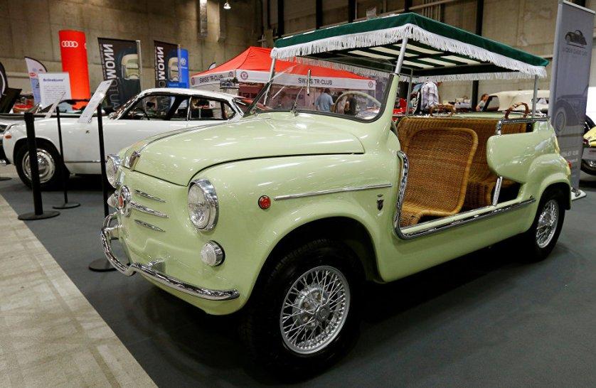 Автомобиль Fiat 600 Jolly на выставке классических автомобилей в швейцарском Люцерне.