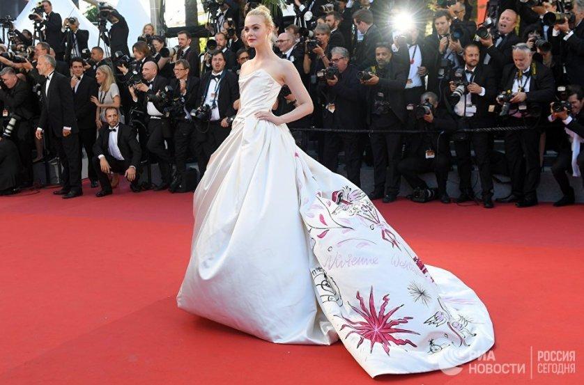"""Актриса Эль Фаннинг, сыгравшая роль в конкурсном фильме Софии Копполы """"Роковое искушение"""" вышла на красную дорожку в белом атласном платье от Vivienne Westwood."""