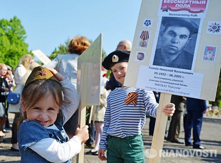 """Впервые """"Бессмертный полк"""" состоялся в Варшаве. На улицу польской столицы вышли более 500 человек, среди которых были ветераны из России и Польши."""