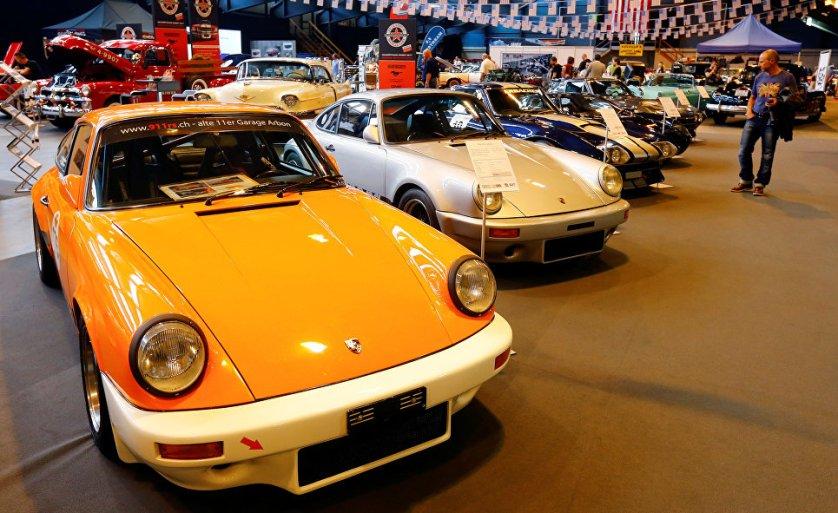 Классические автомобили Porsche 911 S (L) 1976 года и Porsche Carrera 911 RS 3.6 (2ndL) 1972 года.