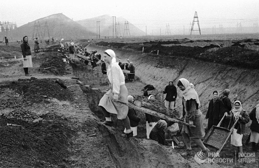 Во время войны женщинам приходилось пилить лес, копать противотанковые рвы и траншеи на прифронтовых территориях.