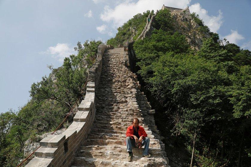 Великая китайская стена - это крупнейший памятник архитектуры на планете, ее общая длина со всеми ответвлениями составляет более 20 тысяч километров, а первые сегменты стены были заложены еще в 3 веке до нашей эры.
