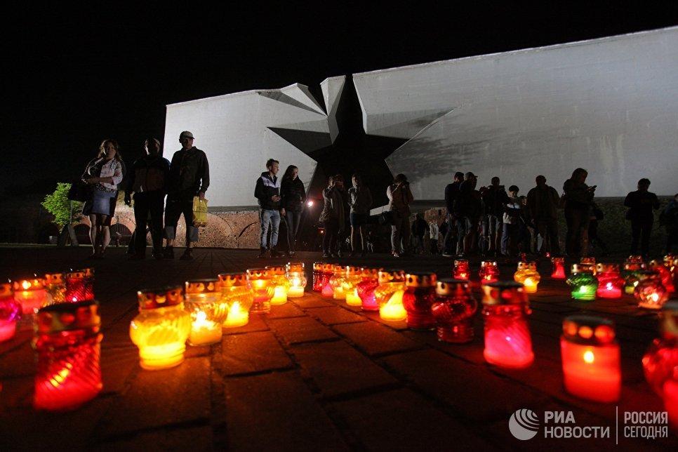 Зрители, пришедшие в Брестскую крепость, принесли свечи в память о погибших в первые дни войны.