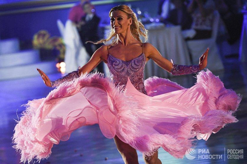 "Катюша Демидова, представляющая США, на шоу ""Звездный дуэт - Легенды танца!""."