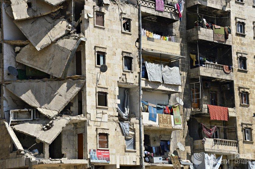 Жители района Салах-ад-дин города Алеппо продолжают жить в разрушенных домах. Сирия, 14.04.2016.