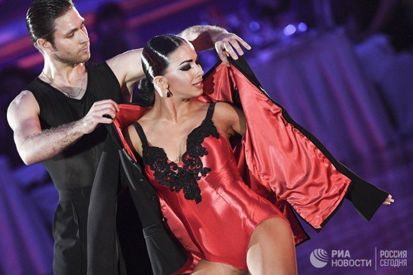 Победители чемпионата Российского танцевального союза-2017 по профессионалам в латиноамериканской программе Кирилл Белоруков и Полина Телешова из России.