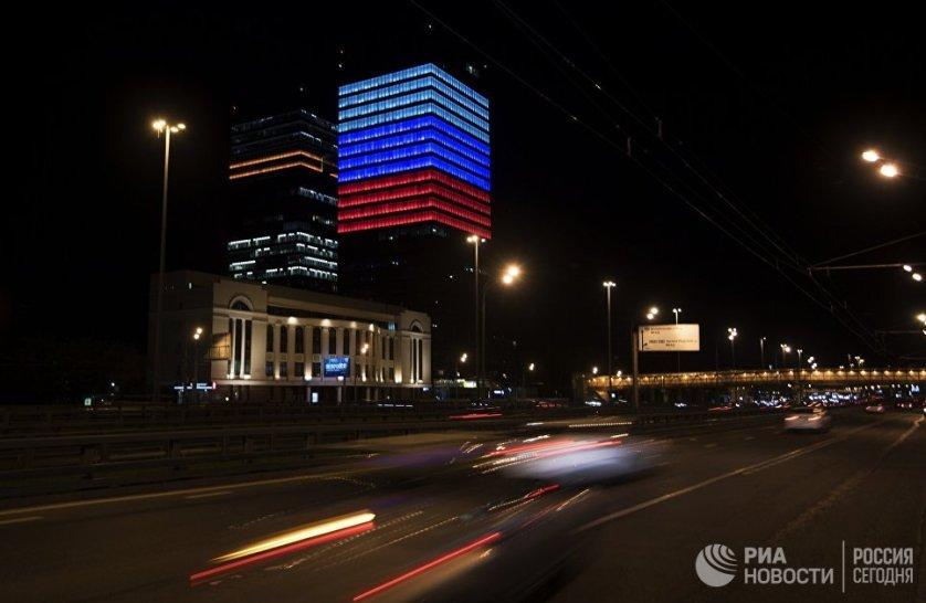 Некоторые компании решили окрасить свои здания в цвета государственного флага. На фото - фасад офиса Mail.Ru Group.
