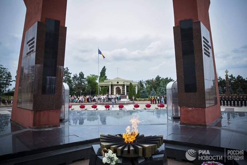 """На мемориале воинской славы """"Вечность"""" прошла торжественная церемония перезахоронения останков 62-х советских воинов, погибших летом 1941 года при обороне Кишинева."""