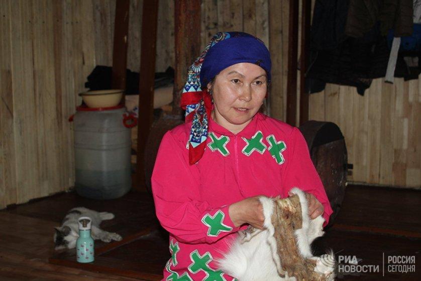 На одну шубу уходит три – четыре месяца. Женщина у ханты и манси, помимо рукоделия, ведения хозяйства и воспитания детей, также сама ставит чум.