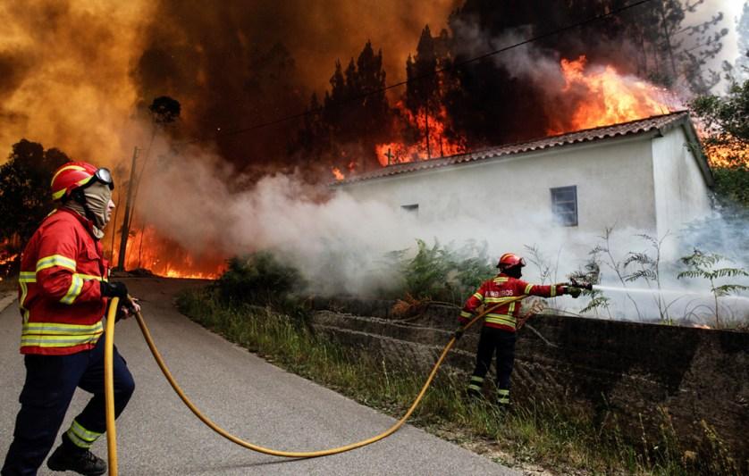 Огонь перекинулся на жилые дома в округе