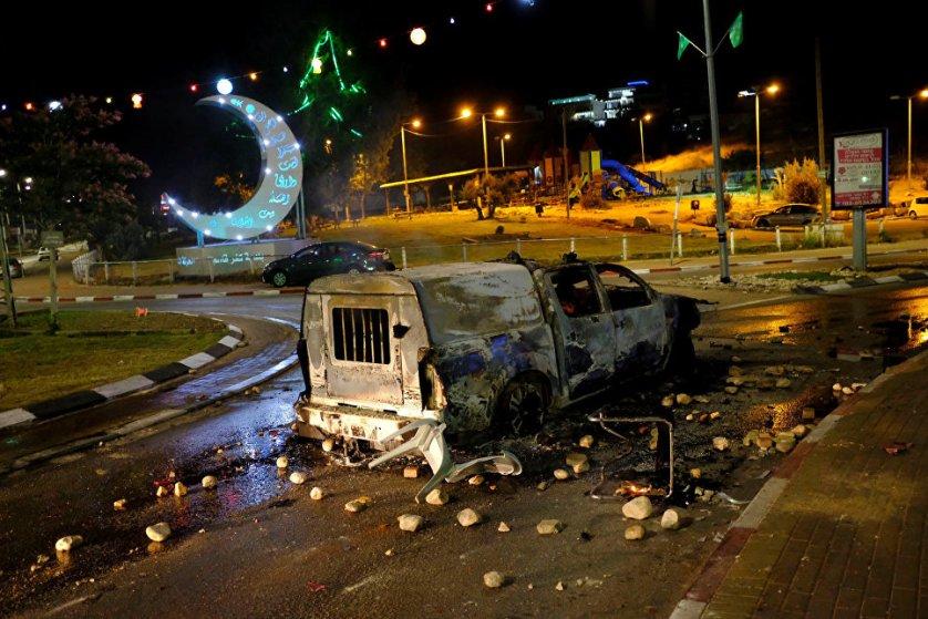 Полицейский автомобиль, сгоревший во время столкновений жителей арабского города Кафр-Касем с израильской полицией.