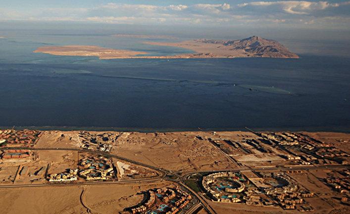 14 января 2014. Острова Тиран (на переднем плане) и Санафир (вдалеке) в Красном море.