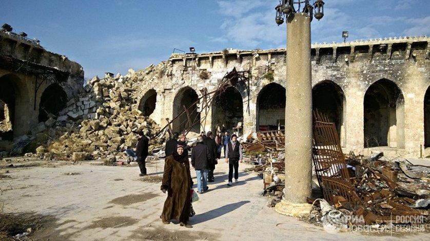 Жители Алеппо во дворе старейшей Мечети Омейядов, разрушенной в результате боевых действий. Сирия, 04.01.2017.
