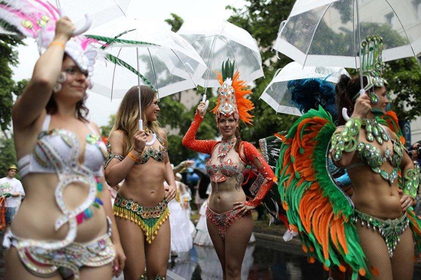 Участники ежегодного Карнавала культур в Берлине.
