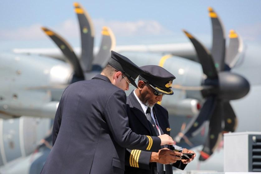 Пилоты около четырехмоторного турбовинтового военно-транспортного самолета Airbus A400M, производства европейского консорциума Airbus Military