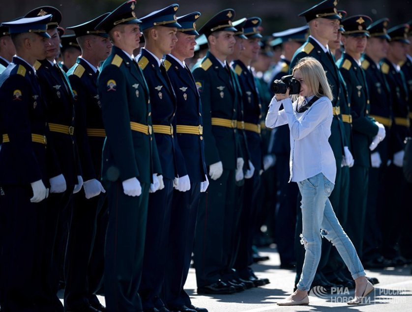 В этом году Омский автобронетанковый инженерный институт приурочил выпуск ко Дню России.