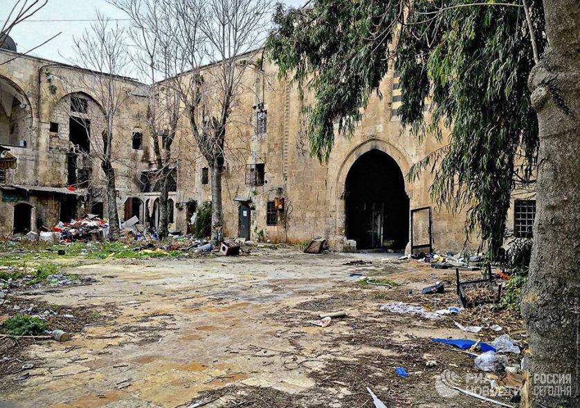 Разрушенные здания в историческом центре города Алеппо. Старый город - комплекс зданий XII-XVI веков был включен в список Всемирного наследия ЮНЕСКО в 1986 году. Сирия, 15.02.2016.