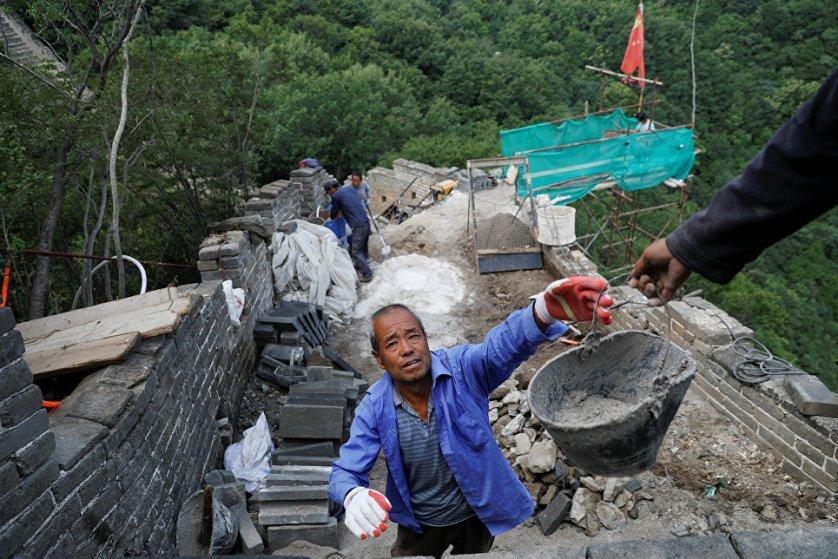 Где это возможно, рабочие используют оригинальные кирпичи, которые со временем просто отвалились от стены.