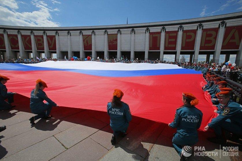 Первые торжества на Красной площади, посвященные Дню России, прошли в 2003 году. А в декабре 2013 Путин внес День России в список разрешенных мероприятий, проводимых на Красной площади. На фото: курсанты МЧС разворачивают флаг в честь Дня России на Поклонной горе в Москве.