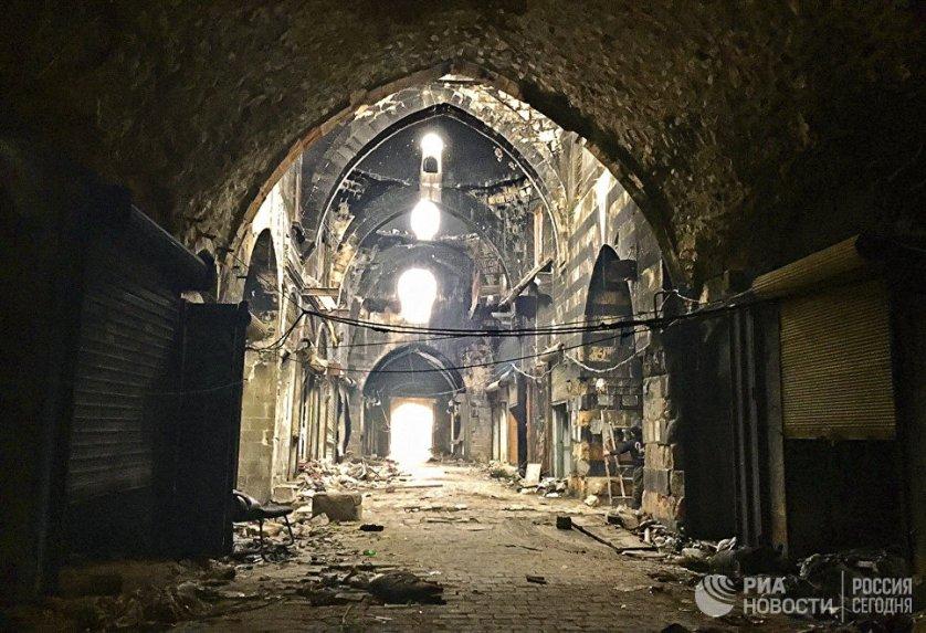 Крытый рынок в центре Старого города Алеппо. Сук Аль-Мадина – крупнейший рынок мира, в составе всего Старого города Алеппо он был включен в Список всемирного наследия ЮНЕСКО в 1986 году. Сирия, 15.02.2016.