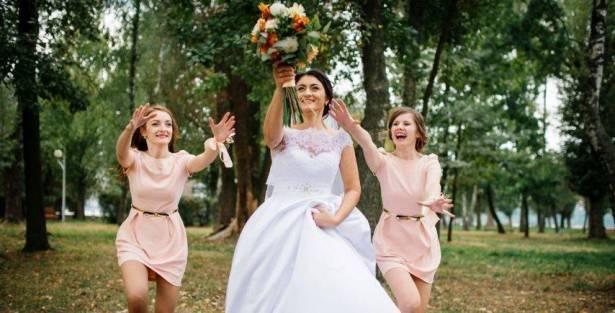لهذا السبب ترمي العروس باقة الورد في حفل زفافها!