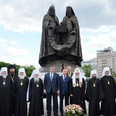 В Москве открыли памятник, посвященный 10-летию восстановления единства РПЦ