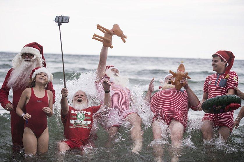 Традиционный обряд купания во время ежегодного всемирного конгресса Санта-Клаусов в Копенгагене.