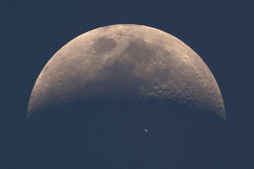 """Работа фотографа Dani Caxete """"МКС переходит на летнее время"""" (ISS Daylight Transit). На снимке можно увидеть Международную космическую станцию, сфотографированную на фоне Луны."""