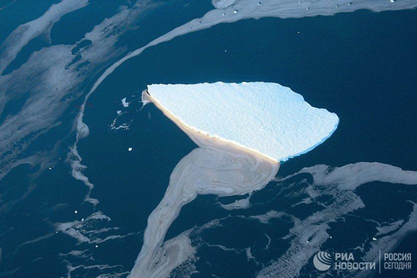 Ежегодно ледовый щит Антарктиды теряет до 2,8 тысячи кубокилометров льда, и в последнее десятилетие ледовый покров сокращается все быстрее.