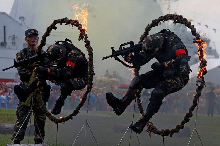 Солдаты Народно-освободительной армии Китая выступают во время Дня открытых дверей на военно-морской базе в Гонконге.