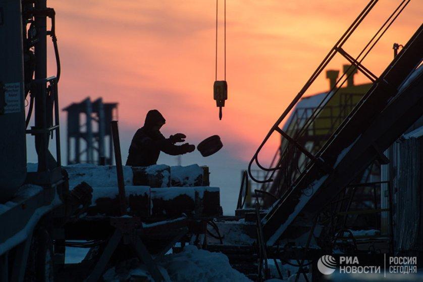 Сотрудник работает на буровой установке Ванкорского нефтегазового месторождения в Красноярском крае