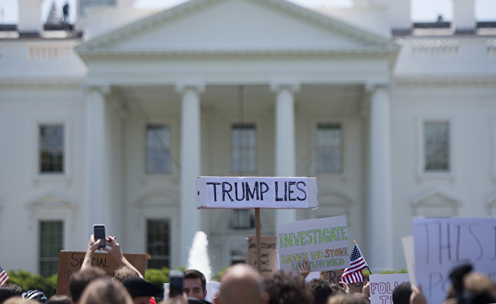 10 мая 2017. Акция протеста перед Белым домом в Вашингтоне с требованиями провести расследование отношений Трампа с Россией.