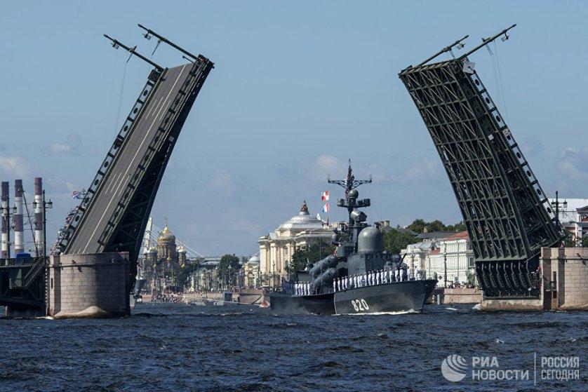 أساطيل روسيا تحتفل بعيد البحرية الروسية بمشاركة بوتين