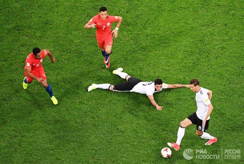 Единственный гол матча на 20-й минуте забил Ларс Штиндль. На фото: чилийцы Жан Босежур и Алексис Санчес и игроки сборной Германии Ларс Штиндль и Леон Горетцка.