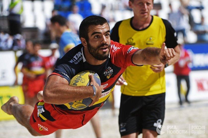 Игрок сборной Испании в матче чемпионата Европы по пляжному регби со сборной Украины.