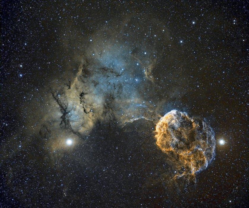 """Работа британского фотографа Chris Heapy """"Шарплесс 249 и туманность Медуза"""" (Sh2-249 Jellyfish Nebula). На снимке, сделанном с помощью телескопа, можно рассмотреть планетарную туманность Медуза, которая находится в созвездии Близнецов. Свое название туманность получила из-за того, что волокна светящегося газа, из которых она состоит, напоминают змей, как волосы у мифологической Медузы Горгоны."""