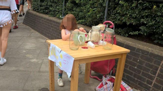 عروض العمل تنهال على طفلة بريطانية غُرمت لبيعها عصير الليمون