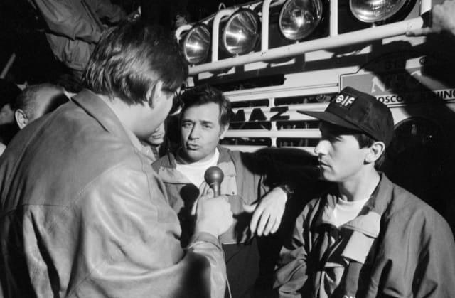 """Руководитель команды """"КамАЗ"""", начальник научно-технического центра завода, штурман одного из экипажей команды Семен Якубов (в центре) и пилот Фирдоус Кабиров во время интервью журналистам. Пекин, 1 сентября 1992 года"""
